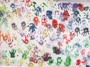 mani dipinte sul muro